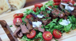 Pepper steak with salad and parmesan