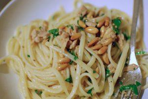 Tuna with spaghetti and pine nuts
